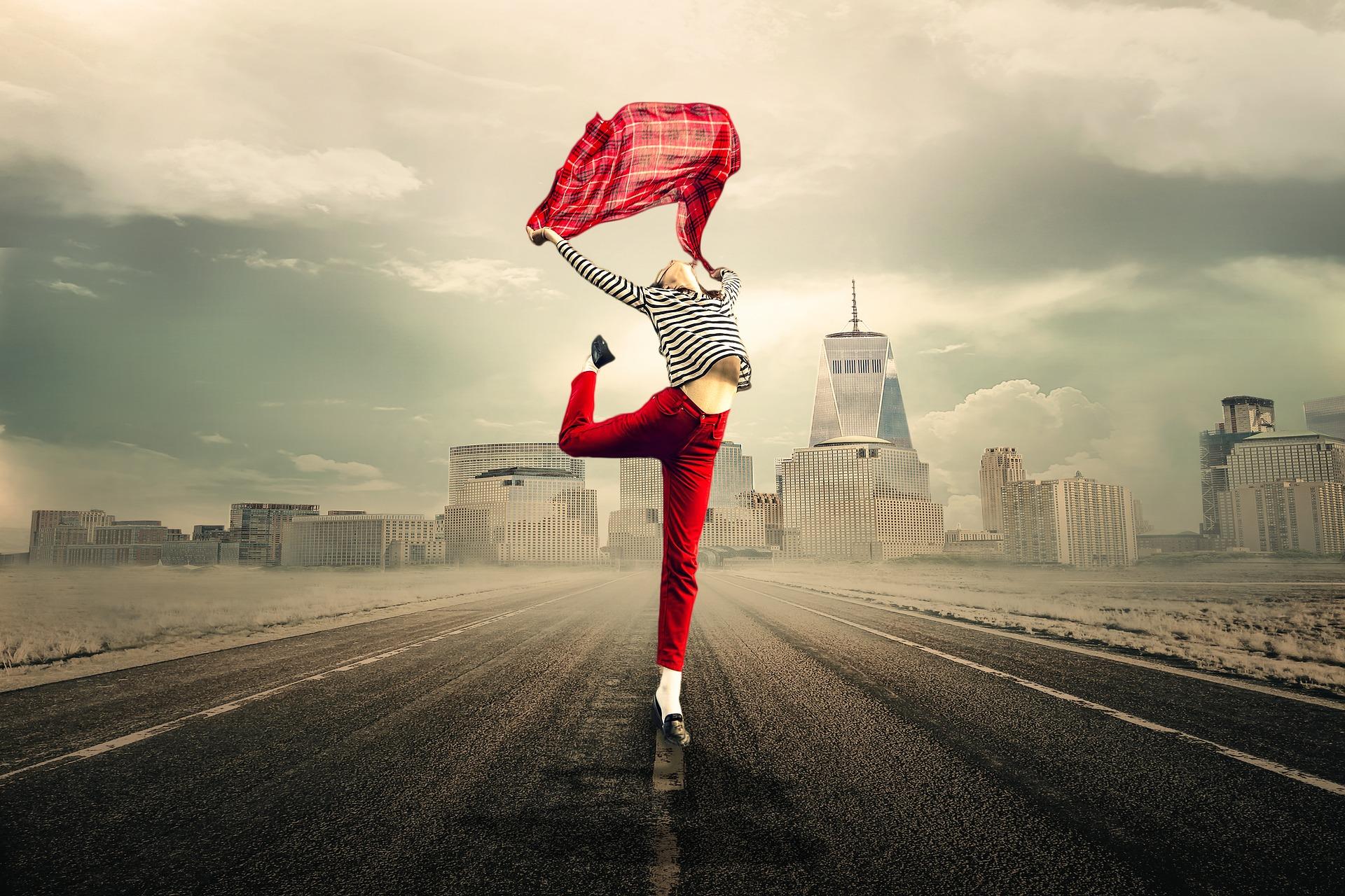 Dvojka sa kišobranom plešepo ulici